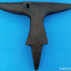 Antigüedades: YUNQUE BIGORNIA ANTIGUO EN HIERRO FORJA -S. XVII-. 40.5 CMS DE ALTO Y 22.5 KGR DE PESO. . Lote 199329247