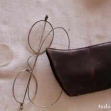 Antigüedades: ANTIGUAS GAFAS BINOCULAR PARECE PLATA, CON FUNDA DE CUERO UN LENTE SUELTA. Lote 199468167