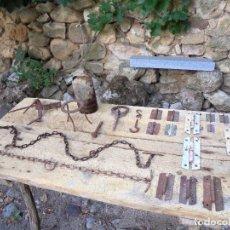 Antigüedades: LOTE DE BISAGRAS, CADENAS Y MÁS - FORJA ANTIGUA RURAL. Lote 199516455