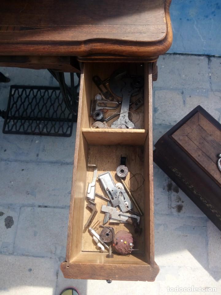 Antigüedades: ANTIGUA MAQUINA DE COSER A PEDAL HELVETIA CON ACCESORIOS Y REPUESTOS, - Foto 9 - 199522402