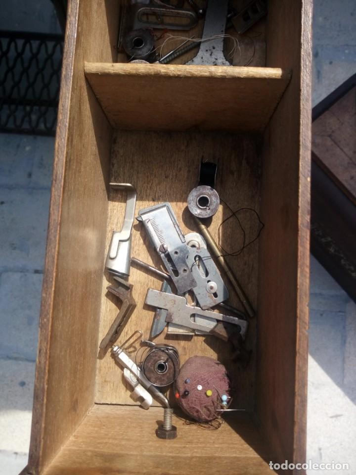 Antigüedades: ANTIGUA MAQUINA DE COSER A PEDAL HELVETIA CON ACCESORIOS Y REPUESTOS, - Foto 10 - 199522402