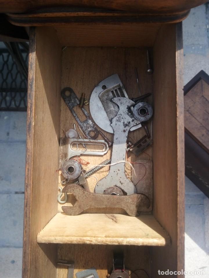 Antigüedades: ANTIGUA MAQUINA DE COSER A PEDAL HELVETIA CON ACCESORIOS Y REPUESTOS, - Foto 11 - 199522402