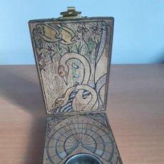 Antigüedades: BRÚJULA Y RELOJ DE SOL EN MADERA (AÑOS 70). Lote 199664873