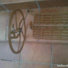 Antigüedades: RUEDA Y PEDAL DE ANTIGUA MÁQUINA DE COSER. Lote 199685381