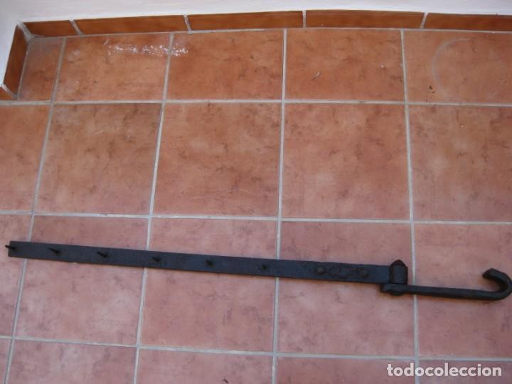 ANTIGUA Y GRAN BISAGRA DE PORTÓN EN HIERRO FORJADO.122CM (Antigüedades - Técnicas - Cerrajería y Forja - Bisagras Antiguas)