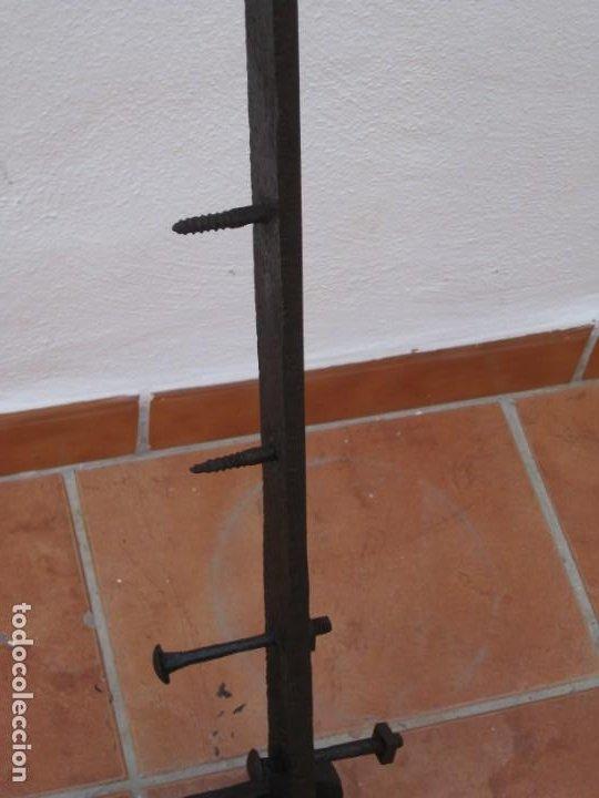 Antigüedades: Antigua y gran bisagra de portón en hierro forjado.122cm - Foto 6 - 199699758