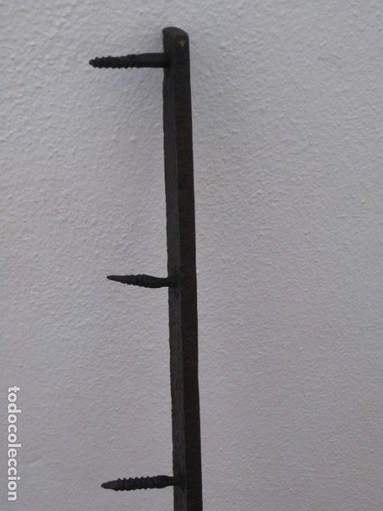 Antigüedades: Antigua y gran bisagra de portón en hierro forjado.122cm - Foto 7 - 199699758