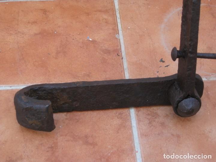 Antigüedades: Antigua y gran bisagra de portón en hierro forjado.122cm - Foto 8 - 199699758