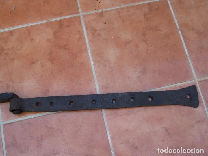 Antigüedades: Antigua bisagra de hierro forjado. 87cm. - Foto 10 - 199700306