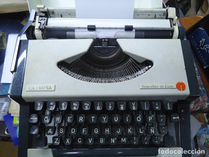 MÁQUINA DE ESCRIBIR PORTATIL OLIMPIA TRAVELLER DE LUXE - CON SU TAPA DE ALMACENAJE Y TRANSPORTE ORIG (Antigüedades - Técnicas - Máquinas de Escribir Antiguas - Olympia)