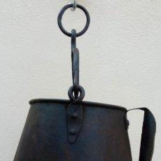 Antigüedades: OLLA, PEROLA O CALDERO ANTIGUO EN HIERRO FORJADO S. XVIII. 40 CMS DE ALTURA TOTAL CON LA ASIDERA. . Lote 200065701