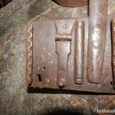 Antigüedades: CERRADURA DE BARGUEÑO CON COLUMNAS Y SECRETO FORJA VALLISOLETANA XVII. Lote 200154331