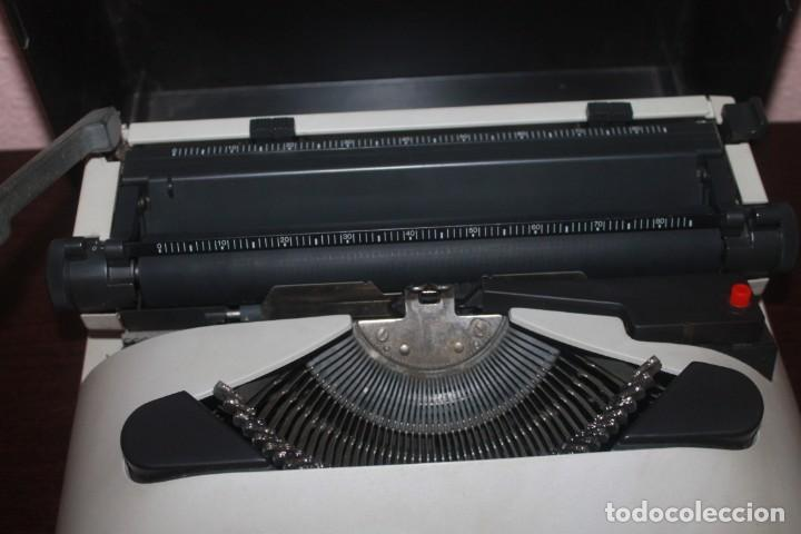 Antigüedades: maquila de escribir de la marca olivetti lettera 10 el estado es bueno - Foto 3 - 200185503