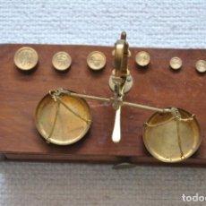 Antigüedades: BALANZA EN SOPORTE DE MADERA DESMONTABLE. Lote 200247133