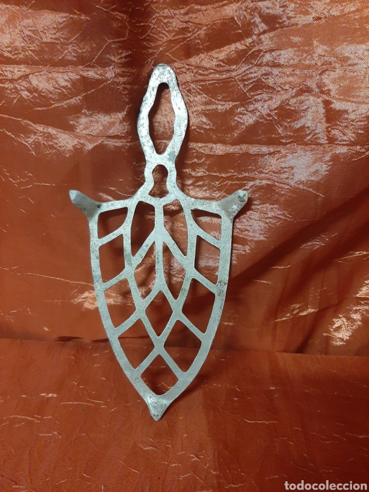 Antigüedades: Antiguo soporte de planchas hecho de aluminio. Mide 24 x 12 - Foto 2 - 200261795