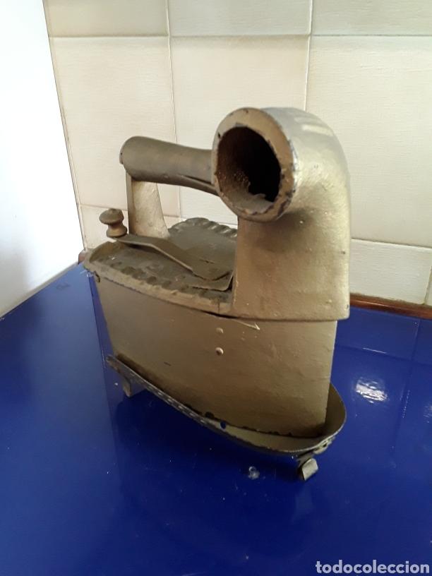 Antigüedades: Antigua Plancha de carbón con chimenea,con pie,pintada en dorado - Foto 3 - 200519875