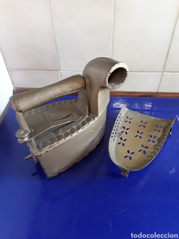 Antigüedades: Antigua Plancha de carbón con chimenea,con pie,pintada en dorado - Foto 5 - 200519875