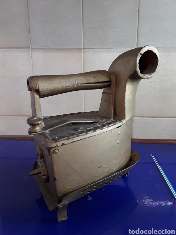 ANTIGUA PLANCHA DE CARBÓN CON CHIMENEA,CON PIE,PINTADA EN DORADO (Antigüedades - Técnicas - Planchas Antiguas - Carbón)