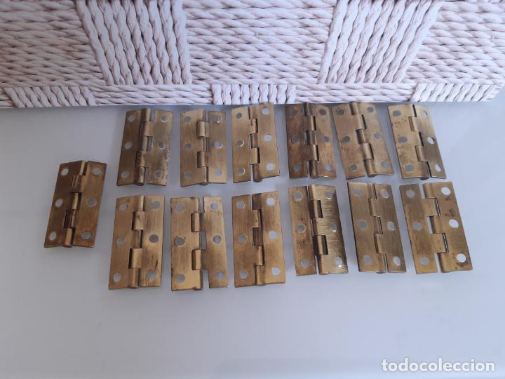 Antigüedades: LOTE DE 13 BISAGRAS DE LATÓN PARA MUEBLES ANTIGUOS, 3.8 CMS LARGO Y 2.2 CMS ANCHO ABIERTOS. - Foto 2 - 200589675