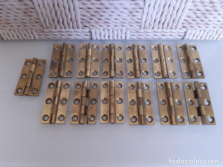LOTE DE 13 BISAGRAS DE LATÓN PARA MUEBLES ANTIGUOS, 3.8 CMS LARGO Y 2.2 CMS ANCHO ABIERTOS. (Antigüedades - Técnicas - Cerrajería y Forja - Bisagras Antiguas)