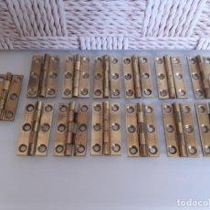 Antigüedades: LOTE DE 13 BISAGRAS DE LATÓN PARA MUEBLES ANTIGUOS, 3.8 CMS LARGO Y 2.2 CMS ANCHO ABIERTOS.. Lote 200589675