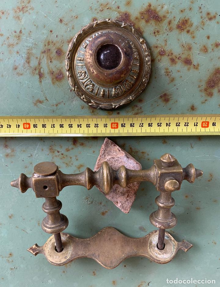 Antigüedades: 14 HERRAJES ANTIGUOS BRONCE . TIRADORES Y MIRILLA . MODERNISTAS . - Foto 4 - 200640175