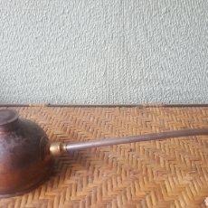 Antigüedades: ACEITERA INDUSTRIAL. COMPLETA. FUNCIONANDO. EN LATÓN Y BRONCE. BASE MARCADA N112. 350 GR. Lote 200862903