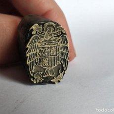 Antigüedades: CLICHE TAMPON GRABADO SELLO CUÑO IMPRENTA ESCUDO FRANQUISTA YUGO Y LAS FLECHAS ESPAÑA. Lote 201102062