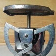 Antigüedades: PESA CARTAS EL CASCO. Lote 201152381