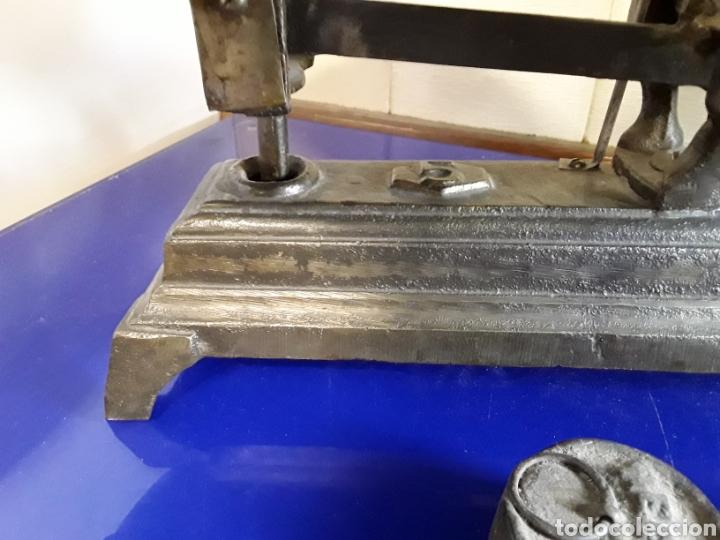 Antigüedades: Antigua báscula balanza de hierro fundido de 5kg - Foto 2 - 201198152