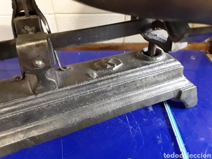 Antigüedades: Antigua báscula balanza de hierro fundido de 5kg - Foto 3 - 201198152