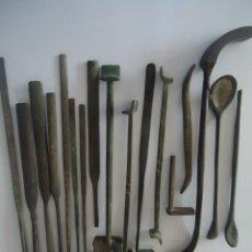 Antigüedades: ANTIGUAS HERRAMIENTAS DE FUNDICIÓN (MAESTRO FUNDIDOR), EN LATÓN. Lote 201246695
