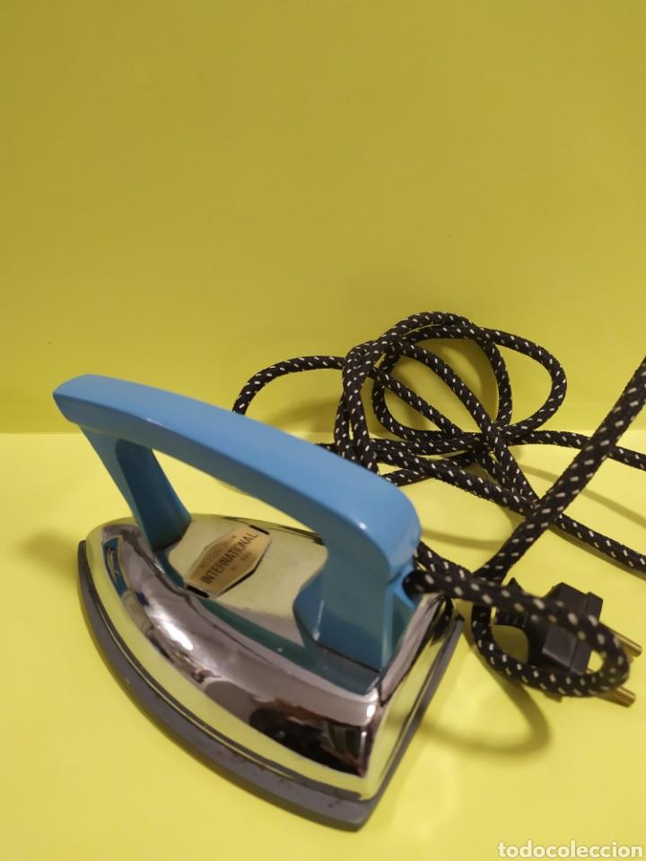 Antigüedades: Antigua plancha de viaje 14 cm , Marca International modelo 999 - Foto 3 - 201300178