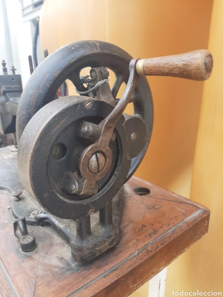 Antigüedades: Antigua y preciosa máquina de coser Frister & Rossmann. Sistema diferente a las demás. - Foto 4 - 201303390