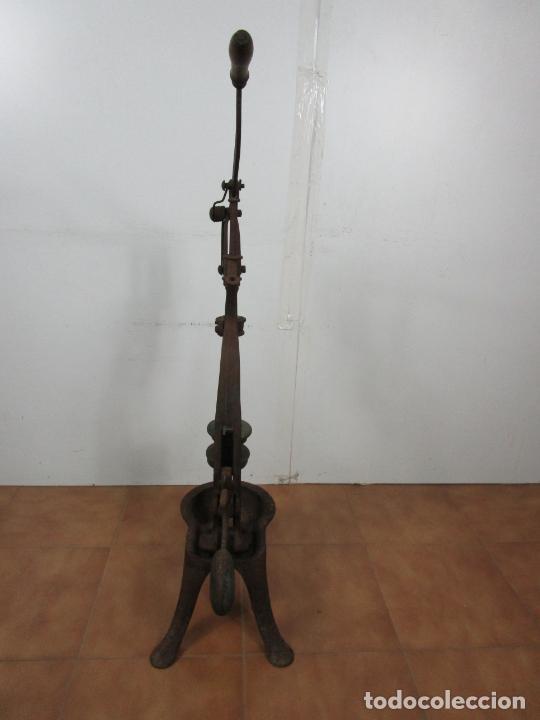 Antigüedades: Antigua Máquina Encorchadora Manual - para Embotellar - Hierro Fundido - Principios S. XX - Foto 18 - 201341120