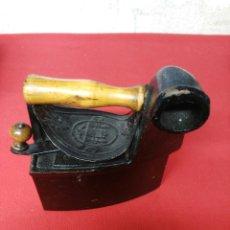 Antigüedades: PLANCHA DE CARBON DE HIERRO Y MADERA DE CHIMENEA. Lote 201481420