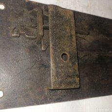 Antigüedades: MUY ANTIGUA CERRADURA DE FORJA, HIERRO DE FRAGUA, 17. 5 CM X 10 CM. Lote 201562545