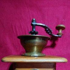 Antigüedades: ANTIGUO MOLINILLO DE CAFE DE COPA CON MANIVELA PLACA MARQUE E D V CAJA 15,3 X 14,7 X 11,5 CM ALTO. Lote 201673873
