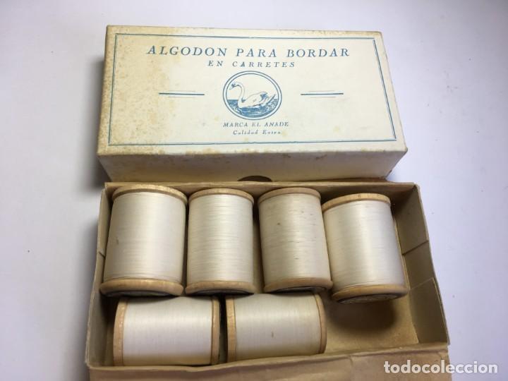 CAJA DE CARRETES DE HILOS PARA BORDAR A MAQUINA BLANCO (Antigüedades - Técnicas - Máquinas de Coser Antiguas - Complementos)