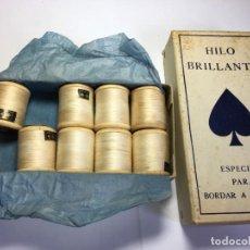 Antigüedades: CAJA DE CARRETES DE HILOS PARA BORDAR A MAQUINA BLANCO BRILLANTE . Lote 201741170