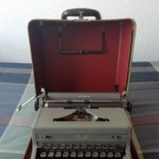 Antigüedades: MÁQUINA DE ESCRIBIR / TYPEWRITER ROYAL MODELO ARROW. FABRICADA EN USA, 1948. MALETÍN INCLUÍDO.. Lote 201746500