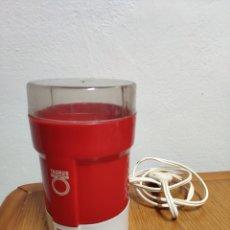 Antigüedades: MOLINILLO DE CAFÉ ELÉCTRICO VINTAGE ROJO AÑOS 70 TAURUS MODELO M40 FUNCIONA. Lote 201893003