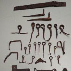 Antiquités: LOTE 32 HIERROS FORJA VARIOS. CIERRES,PESTILLOS,CLAVOS. VER FOTOS. Lote 202337776