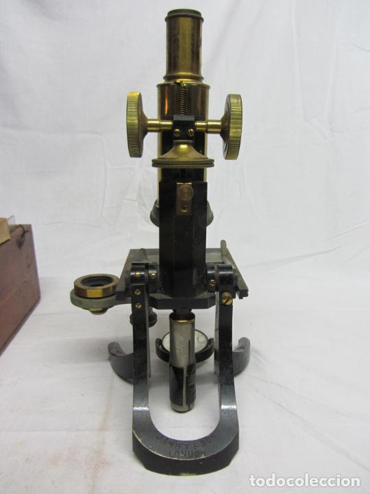 Antigüedades: Microscopio Swift & Son, circa 1900 Con caja, oculares y ópticas. - Foto 9 - 202441805