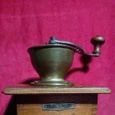 Antigüedades: MOLINILLO CAFE DE MESA CON TOLVA EXTERNA ABIERTA PLACA M.V. BROYEUR ACIER GARANTI. Lote 202868775