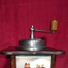 Antigüedades: BONITO MOLINILLO DE CAFE DE MESA CON ANTIGUA ESCENA DE PESCADORES EN TRES DE SUS LADOS. Lote 202869526