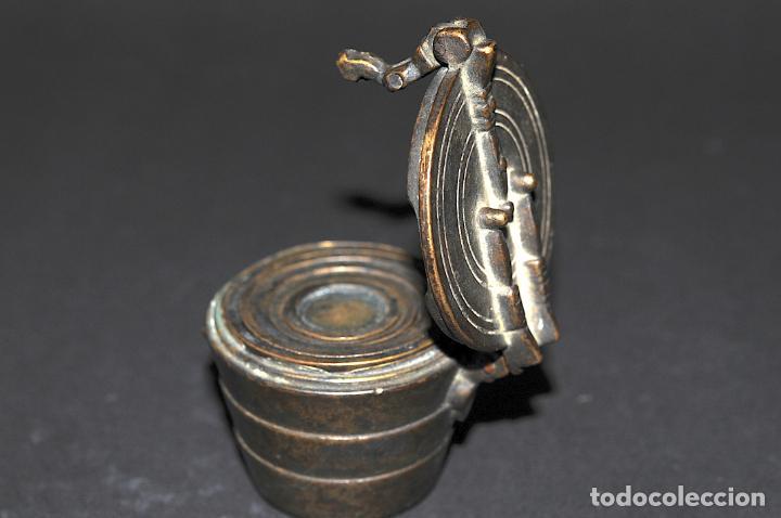 Antigüedades: ORIGINAL PONDERAL DE BRONCE - CON MARCAS EN EL INTERIOR DE LA TAPA - Foto 2 - 202877370