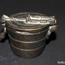 Antigüedades: ORIGINAL PONDERAL DE BRONCE - CON MARCAS EN EL INTERIOR DE LA TAPA. Lote 202877370