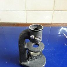 Antigüedades: PEQUEÑO MICROSCOPIO DE BAQUELITA. Lote 202975436