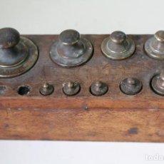 Antiquités: JUEGO DE 9 PESAS ANTIGUAS GRABADAS - PONDERALES DE BRONCE. Lote 203102208